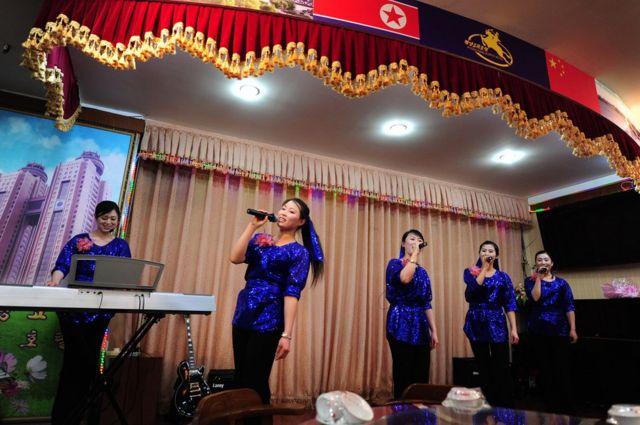 중국 단둥의 북한 식당에서 공연하는 북한 여성