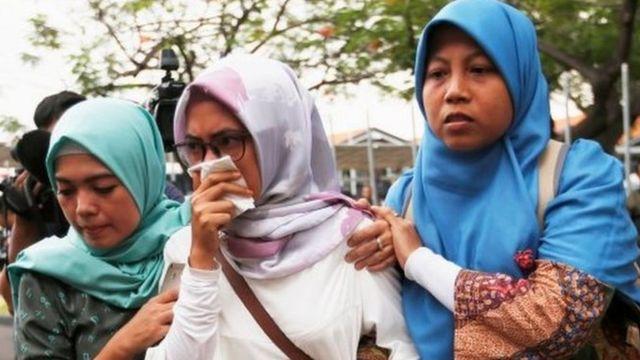 Incuti z'abantu bari muri iyo ndege batanguye gushika aho batangira imfashanyo zihuta ku kibuga c'indege i Jakarta ca Soekarno Hatta mu kwezi kwa cumi, itariki 29, 2018.