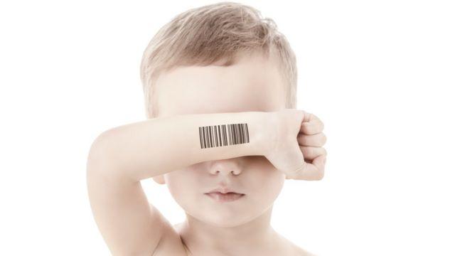Criança com código de barras