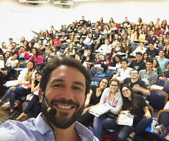 Caê Lavor, do Anglo, tira selfie em frente a uma turma de alunos