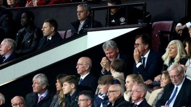 Da farko dai an kori Mourinho ne zuwa wajen 'yan kallo, sai kuma ya koma wajen da jami'ai ke zama