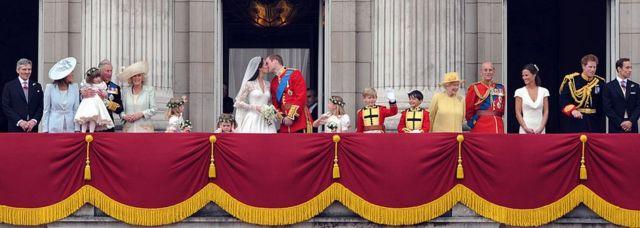 تجمع الآلاف من المهنئين ومحبي العائلة المالكة أمام قصر باكنغهام لمشاهدة العروسين الأمير وليام وكيت ميدلتون عام 2011