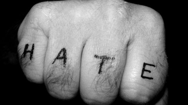 """Mão com a palavra """"ódio"""" escrita"""