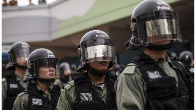 前线警员刻意隐藏自己身份执法引发争议。
