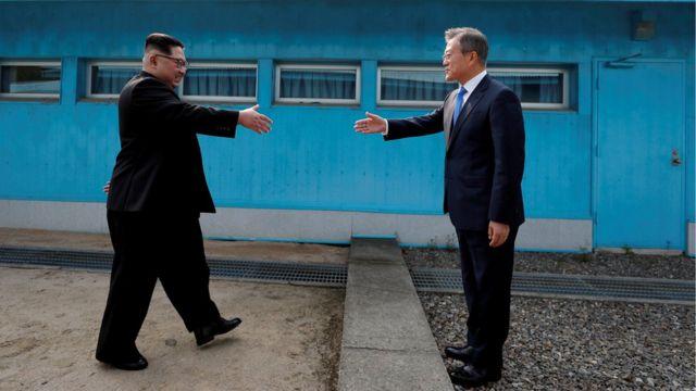 韩国总统文在寅周五早上在板门店朝韩的分隔线,亲自迎接朝鲜领导人金正恩。