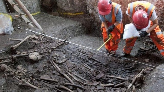 Crossrail archeologists working at burial site