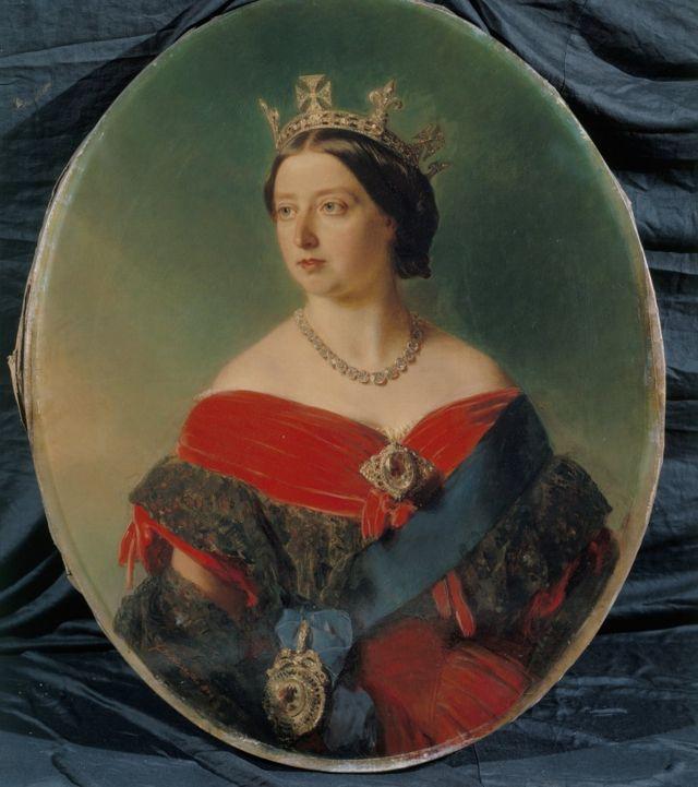 """الملكة فيكتوريا وهي ترتدي قطع من الحلي تحمل إحداها ألماسة """"جبل النور"""""""