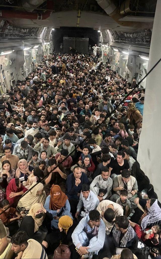 L'immagine fornita dall'US Air Mobility Command mostra centinaia di afgani in fuga da Kabul a bordo di un aereo cargo statunitense C-17, il 15 agosto 2021.