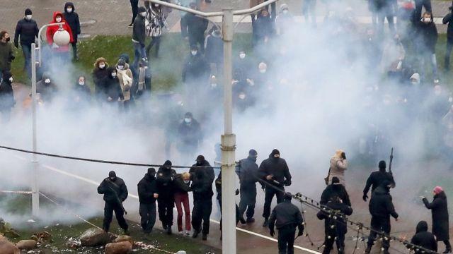 полиция задерживает демонстранта в Минске