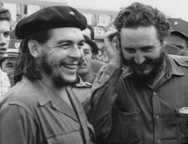 """Ernesto """"Che"""" Guevara, né en Argentina a tenu un rôle clé dans la révolution cubaine auprès de Castro, ici en 1960."""