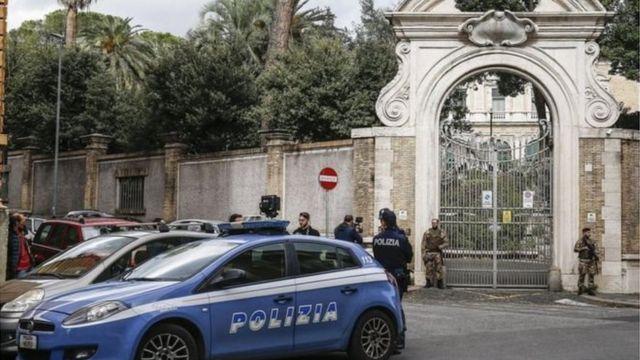 Ворота диппредставництва Ватикану в Римі і поліція біля них