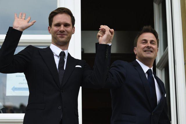 O premiê de Luxemburgo, Xavier Bettel (direita), casou-se com Gauthier Destenay em 2015