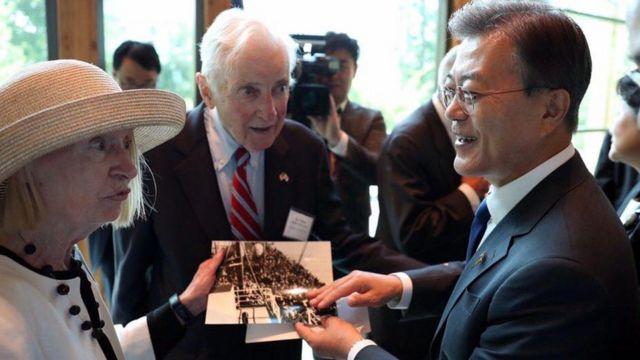 지난해 6월 문재인 대통령이 미국 버지니아주 콴티코 미 해병대 국립박물관 '장진호 전투 기념비'를 찾아 흥남철수 사진을 바라보고 있다