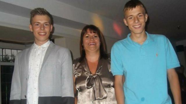 Alex com a mãe e o irmão gêmeo Luke