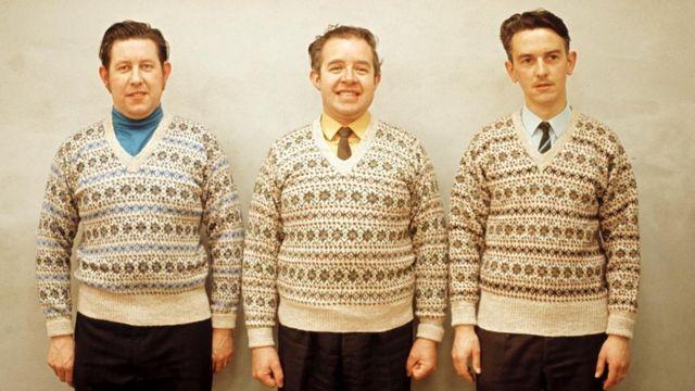 muškarci u istim džemperima