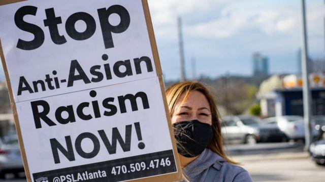 ناشطة تتظاهر ضد العنف الموجه ضد الآسيويين، الولايات المتحدة