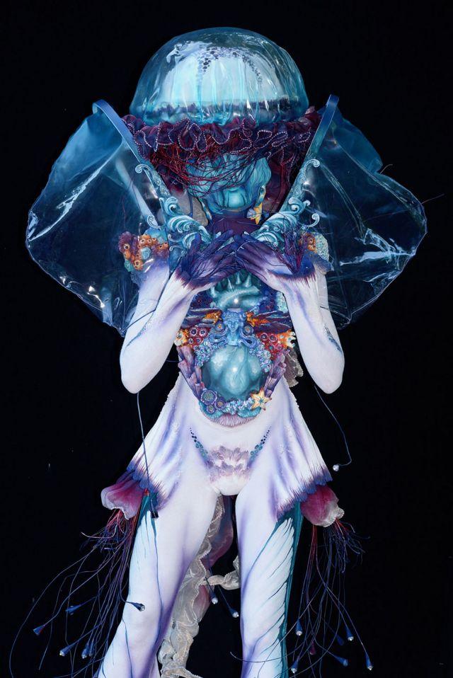 بیلجیئم کے فنکار ہویام ہجلاوی کی ماڈل ان کے فن کا مظاہرہ کرتے ہوئے دیکھی جا سکتی ہے
