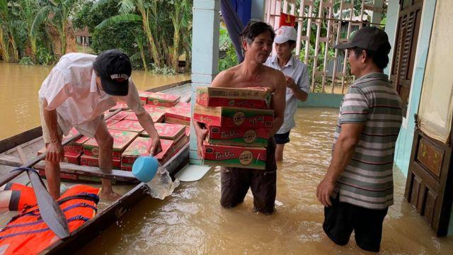 Philippe Nguyễn Bá Thông cùng người dân tiếp tế mì gói cho những gia đình bị cô lập trong tuần qua ở Quảng Trị.