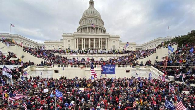 Seguidores de Trump alrededor del Capitolio.