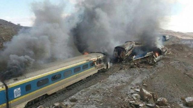 سحابة دخان تنبعث من العربات المحترقة بعد اصطام القطارين