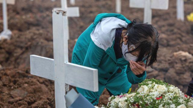 mezarlıkta ağlayan bir kadın.