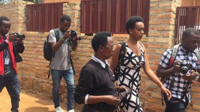 Mwanasiasa wa upinzani nchini Rwanda (aliyevaa gauni la rangi nyeusi na nyeupe) akiwasili katika mazishi ya Bw. Kizito Mihigo