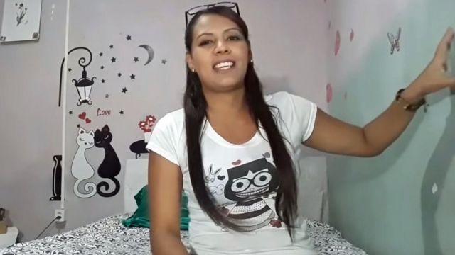 Victoria gravando vídeo no quarto