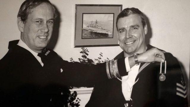 Джо Усалис (справа)