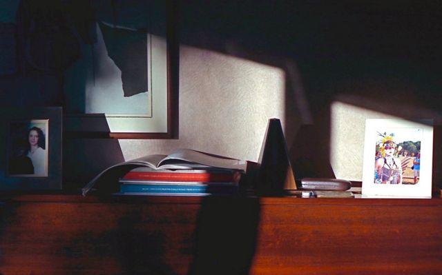صور وكتب فوق بيانو