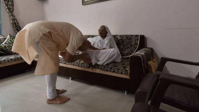 अपने जन्मदिन पर मां से आशीर्वाद लेते प्रधानमंत्री नरेंद्र मोदी