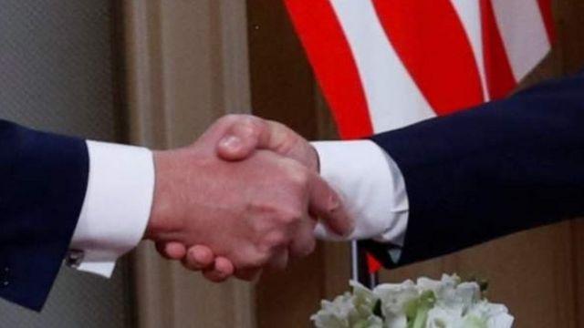हाथ मिलाते हुए ट्रंप और पुतिन