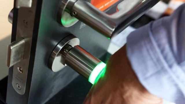 Implante de microchip sendo usado em porta de escritório