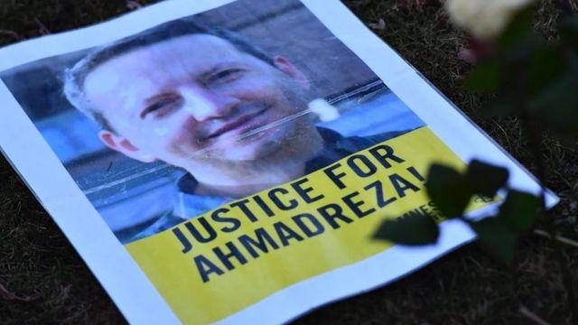 Una foto pidiendo justicia para Ahmadreza en las afueras de la embajada de Irán en Bruselas en febrero de 2017.
