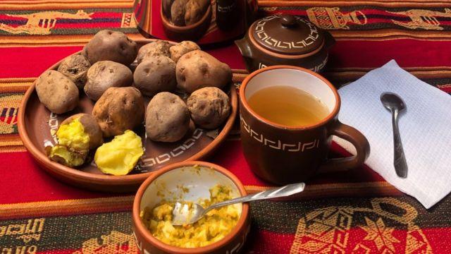 Típico y el delicioso almuerzo en comunidad campesina de Misminay, Cusco: HUATIA (Papa cocida bajo la tierra con técnica ancestral) y UCHUCUTA (Salsa a base de rocoto preparada en piedra o batán)