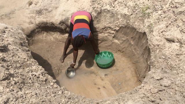 woman di fetch water Daudu camp one