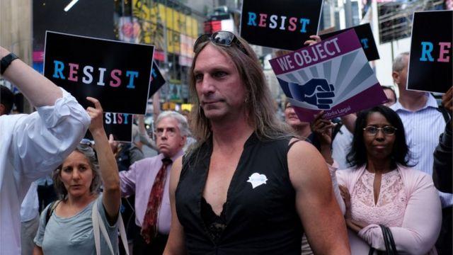 مظاهرة في نيويورك ضد قرار ترامب حظر خدمة المتحولين جنسيا في الجيش الأمريكي