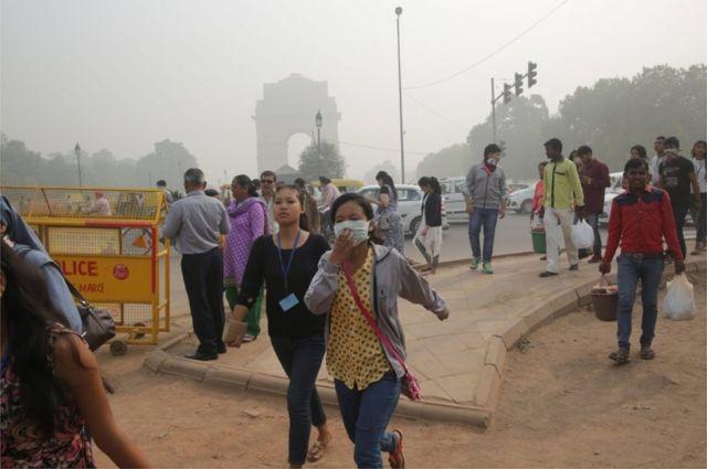 인도는 WHO 기준보다 90배 높은 미세먼지 수치를 기록하고 있으며 매년 대기 오염 관련 질병으로 62만 명이 조기 사망한다