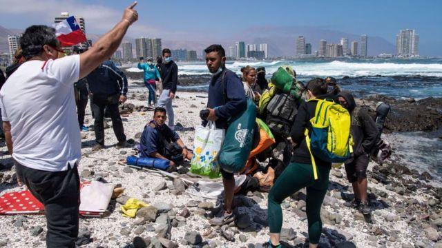 Tras huir de los manifestantes, varios migrantes se trasladaron a la playa.