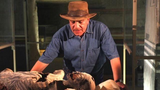Zahi Hawaas examina múmia no Egito