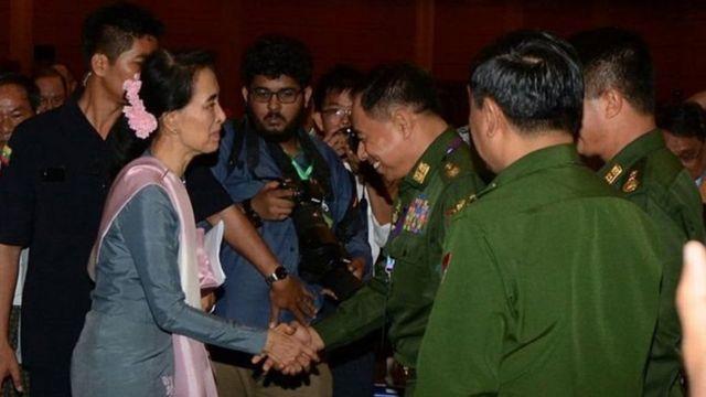 Aung suu Kyi akiwasalimia wanajeshi wa nchi yake