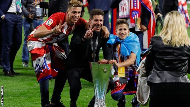 - سیمئونه ۳ پسر دارد: جیانلوکا ( چپ) و جیولیانو (راست) در کنار پدرشان پیروزی مقابل مارسی در فینال لیگ اروپا در سال ۲۰۱۸ را جشن میگیرند. جیووانی، پسر بزرگ سیمئونه ( در تصویر نیست) برای فیورنتینا بازی میکند.