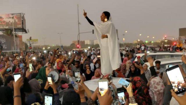"""Студентка Алаа Салах, получившая прозвище """"царица Нубийская"""", выступает на митинге против бывшего президента Судана Омара Башира."""