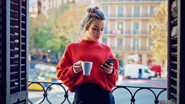 Mujer en departamento en París
