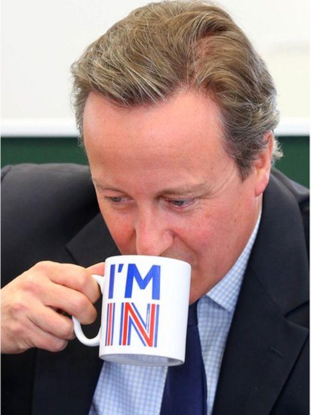 David Cameron bebe em xícara com dizeres 'estou dentro'