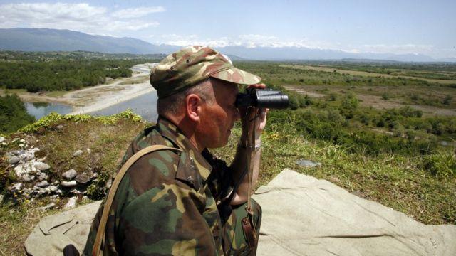 Российский пограничник на абхазской границе