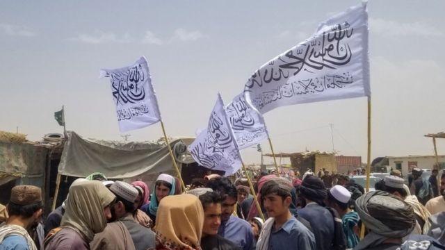 أعلام طالبان على الحدود مع باكستان.