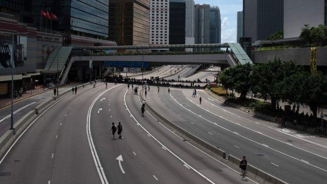 少量群眾在被堵塞的香港夏慤道上行走(21/6/2019)