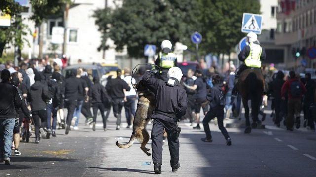 Antidisturbios suecos y manifestantes de ultraderecha se enfrentan en una manifestación en Estocolmo en una imagen de 2012.