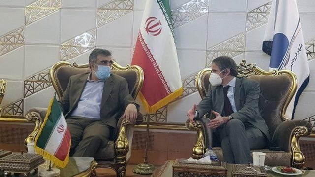 مسؤولون من الوكالة الدولية للطاقة الذرية خلال اجتماع في إيران