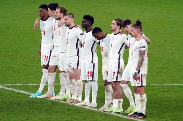İngiltere'nin başkenti Londra'daki Wembley Stadyumu'nda İngiltere-İtalya arasında oynanan EURO 2020 final maçında İtalya İngiltere'yi penaltılarda yenmiş; penaltıları kaçıran İngiliz futbolcular Jadon Sancho, Marcus Rashford ve Bukayo Saka'ya sosyal medyada ırkçı saldırılar gerçekleşmişti.